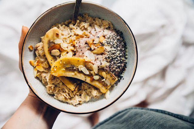 Ovsená vanilková kaša s grilovaným banánom a kakaovým jogurtom | JEDZ A MILUJ