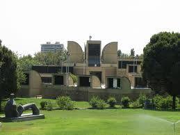 El Museo de Arte Contemporáneo de Teheran contiene obras de Renoir, Monet, Gaugain, Van Gogh, Dali, Picasso, Warhol y otros grandes... en el sótano. El museo sólo exhibe obras de artistas iraníes.