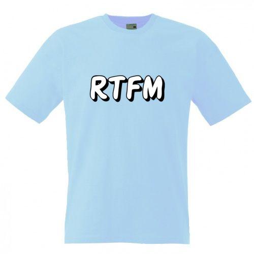 """Tricou cu mesajul RTFM. Literal """"Read The F***ING Manual"""" este un termen care arata frustrarea de a fi deranjat cu intrebari triviale tot timpul. Cel care pune intrebarea ar putea sa gaseasca singur raspunsul, citind manualul."""