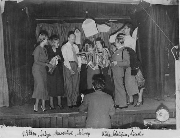 """Le prove dello spettacolo """"Höchste Eisenbahn"""", nel settembre del 1932, all'interno del Tingel-Tangel-Theater. Di spalle, Friedrich Hollaender."""