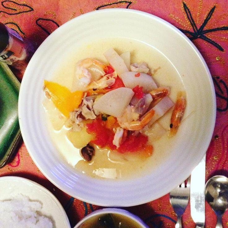 暑い夏をぶっ飛ばせフィリピン家庭料理シニガン  昨日尾頭付の芝海老を買ってしまったしフィリピン土産にもらったシニガンの素があったからだけれど実に美味しかった初シニガン成功#豚肉 #芝海老 #玉ねぎ #トマト #大根 #にんじん #空芯菜 #しいたけ #ブイヨン #シニガンスープの素 #しょうが  デザートはオーストラリアオレンジとマサラチャイ KEIKOS WASHOKU - filipino soup Sinigang 2017.7.19  #keikoswashoku #keikomme #foodie #delicious #yummy #foodporn #filipino #dinner #healthyfood #cooking  #ケイコ飯  #美味しい #手作り #ディナー #晩飯 #ヘルシー  #FB #pin