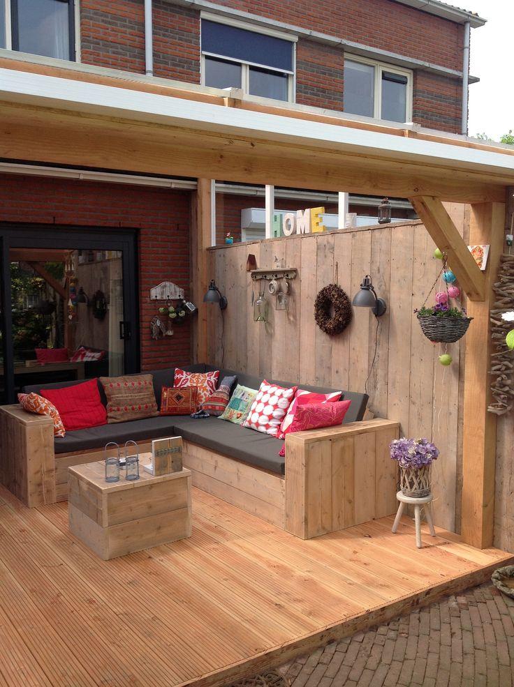 Onze mooie veranda met steigerhouten loungebank
