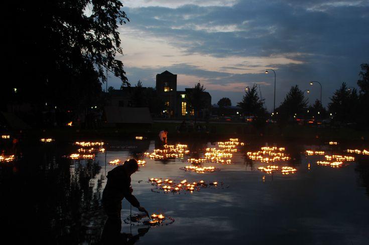 1000 flammende blus på søen i Roskildes Bypark i forbindelse med Roskildenatten. Udført i samarbejde med Iben Brøndum.2004, 05, 06 og 07.