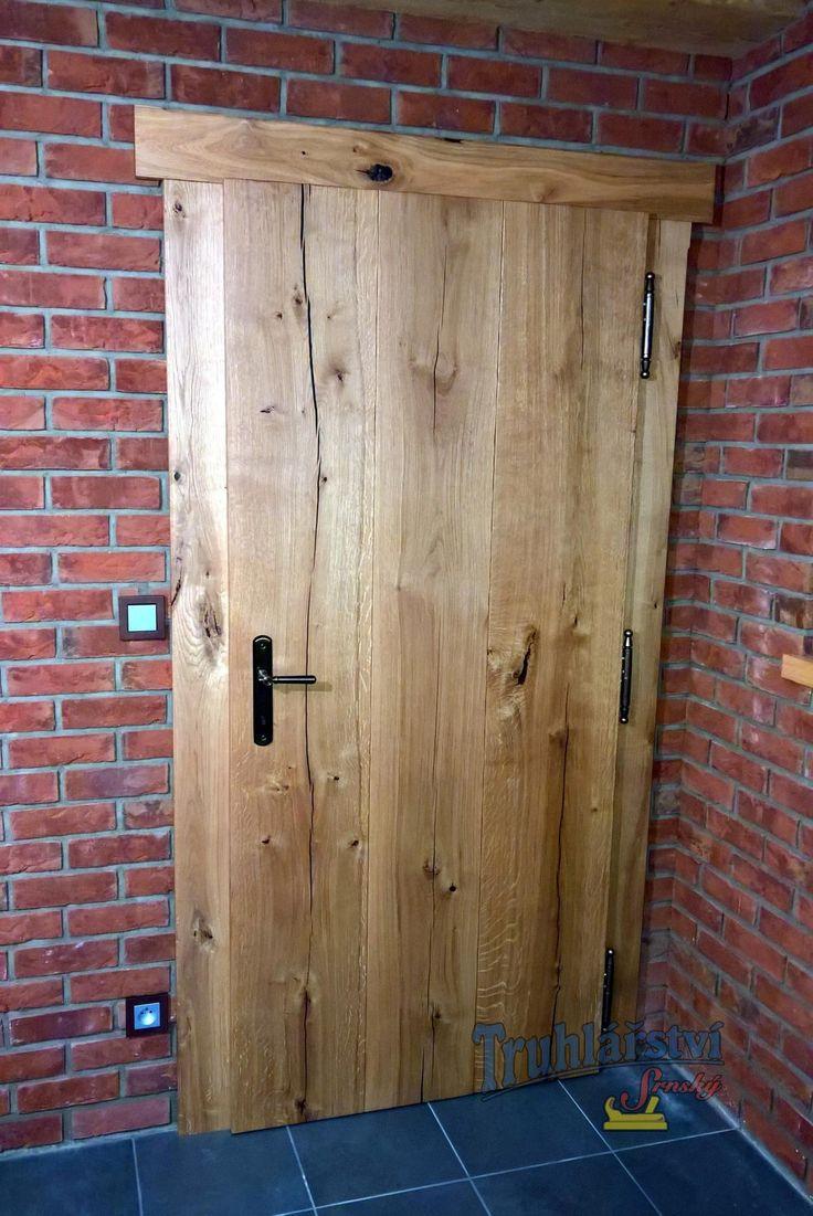 Prkenné svlakované vnitřní dveře v obložkové zárubni, dub, drásané, nátěr lazurou. Výřez srdíčko, barevné sklo.