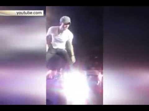 Энрике Иглесиас едва не лишился пальцев во время концерта   jovideo - видео портал