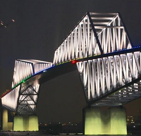 湾岸、五輪色に染まる 東京ゲートブリッジ