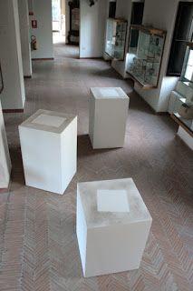 WURM Erwin (né en 1954), Montaigne, Descartes, Kant (Dust Memories series), 1998, trois piédestaux vides (l'un de 80x60x60 cm, deux de 100x60x60 cm) dont le dessus est recouvert de poussière dessinant le socle des sculptures absentes des philosophes, FRAC Bourgogne.