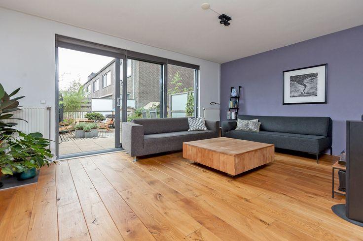 """In """"Groen Zuilen"""" ligt deze ruime en modern afgewerkte drive-in-woning met inpandige garage en maar liefst 4 woonlagen. Je hebt een ruime inpandige garage en fijne studeerkamer op de begane grond. Op de eerste verdieping een lichte woonkamer met ruim"""