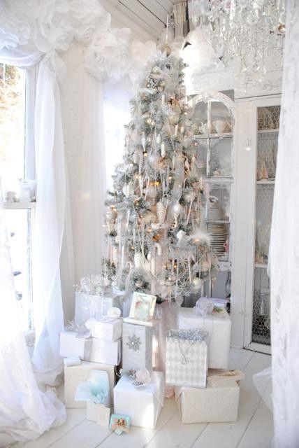 (via WINTER white Christmas / White Christmas tree and presents):