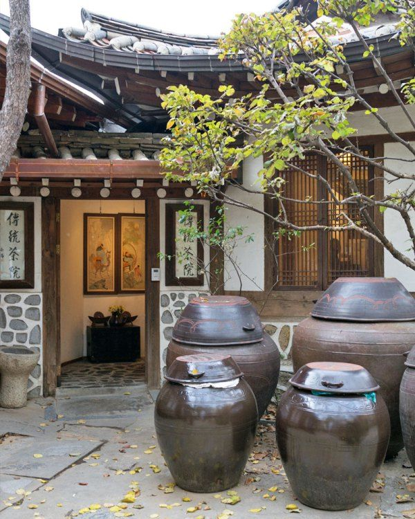 Claire, a friend of mine that lives in Seoul, highly recommended Dawonand it did not disappoint. Off the bustling main street of Insadong is atraditional tea house in the courtyard of theKyungin Museum of Fine Art.