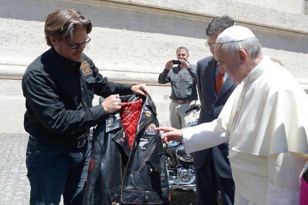 El papa Francisco recibe una chaqueta de cuero de Harley Davidson durante una de sus audiencias semanales en la plaza de San Pedro, en El Vaticano.