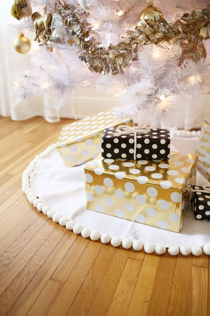 I have my eye on the pom-pom trimmed one. So easy! no-sew tree skirt 3 ways! (click through for tutorial)