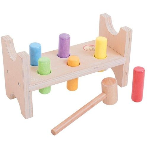 Antreneaza-ti indemanarea cu aceasta jucarie pentru percutie! 6 piese pastelate fixate in suportul special si ciocanelul iti vor fi de mare ajutor. Loveste-le cat poti de tare, apoi intoarce suportul invers si ia-o de la capat! Setul este realizat integral din lemn si este perfect pentru dezvoltarea coordonarii ochi-mana la copiii mici. Dimensiune: 22,5 x 9 x 12,5 cm. Varsta recomandata: 1 - 2 ani.