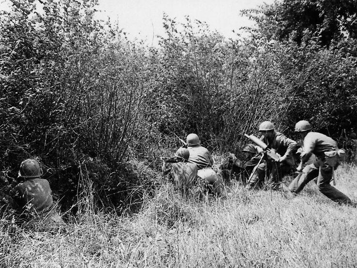 Haie après haie (bocage), les GI's devront livrer des combats terriblement meurtriers. Chaque buisson peut cacher une mitrailleuse, chaque rideau d'arbres un sniper. Dans ce véritable enfer, la supériorité individuelle et tactique des Allemands est incontestable.