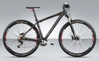 Sporty, rask hardtail med alle fordelene ved de større 29er hjulene kombinert med smidighet av en 26-tommers sykkel for ambisiøse ryttere. Passer for maraton og langdistanse touring.  Kr 9.990,-