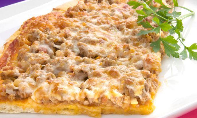 Receta de pizza boloñesa, un plato clásico de la cocina italiana realizado por Karlos Arguiñano, pizza deliciosa preparada con ternera, panceta, queso y salsa de tomate.