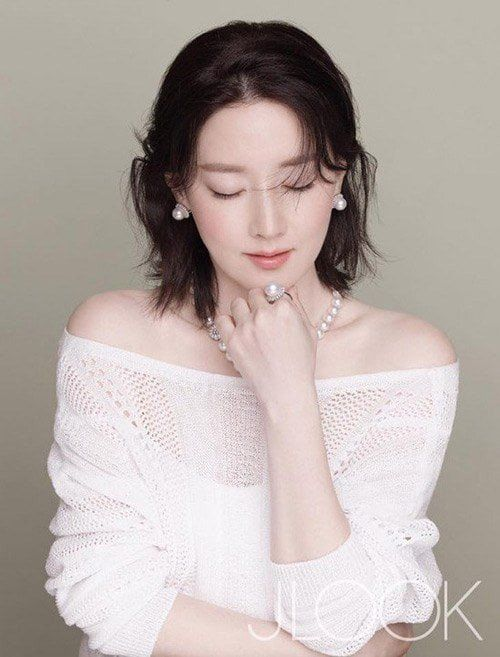 Veteran actress Lee Young-ae shines brighter than jewels in pictorial for 'Golden Dew'