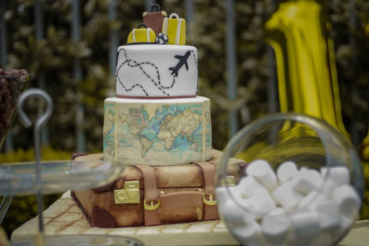 Travel theme party cake. Torta maleta Fiesta viajes
