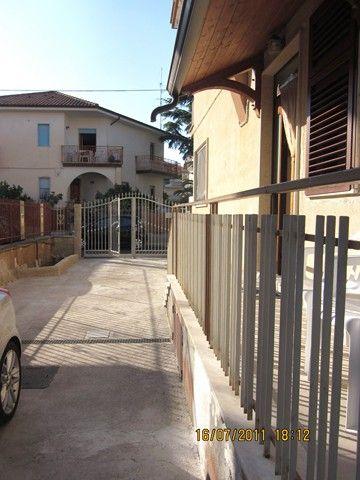 139 Marina Marina di Ascea: appartamento al piano rialzato con ingresso indipendente composto da cucina abitabile, disimpegno, camera da letto matrimoniale con balcone, cameretta,
