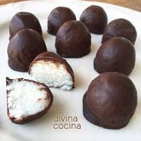 Estas bolitas de coco y chocolate son facilísimas de preparar, con muy pocos ingredientes y una elaboración sencilla.