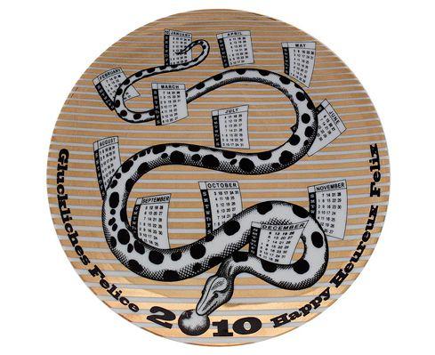 Fornasetti - Piatto calendario 2010. Materiali: Porcellana, bianco, nero e oro.  Misure: Ø 24 cm. Serie limitata di 700 esemplari. Collezione privata.