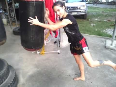 Jumping Knees on a Heavy Bag - Lanna Muay Thai - YouTube