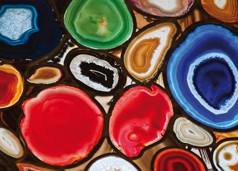 L'AGATE. La pierre porte-bonheur. Dans l'Antiquité et aujourd'hui encore dans certaines parties du monde, l'agate est considérée comme une pierre protectrice, notamment pour la mère et l'enfant pendant la grossesse. Il en existe de nombreuses variétés et couleurs. Elles nous viennent du Brésil, du Botswana, d'Afrique du Sud. | Rebelle-Santé