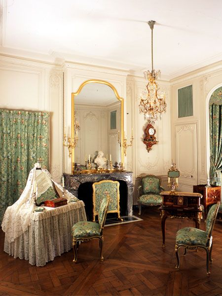 THE APARTMENT OF THE MARQUISE DE POMPADOUR This apartment, which enjoys a splendid view of the North parterre and Marly forest, is located in the attic above the State Apartment of the King, above the Mercury and Apollo salons. It was initially occupied, in 1743-1744, by the Duchess of Chateauroux and her sister the Duchess of Lauraguais. After the death of Madame de Chateauroux, Louis XV gave it to Madame de Pompadour, who occupied it from 1745 to 1750.