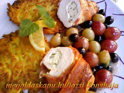 Pincemester csirkéje http://megoldaskapu.hu/csirke-receptek/pincemester-csirkeje • 4 db csirkemell filé • 20 dkg rokfort vagy márványsajt • 1 cs szeletelt bacon • só • szárnyas fűszerkeverék • 2-3 fürt szőlő /piros, fehér vegyesen/ • 2 dl must • 2 dl félédes fehérbor • 5 dkg vaj • őrölt feh...