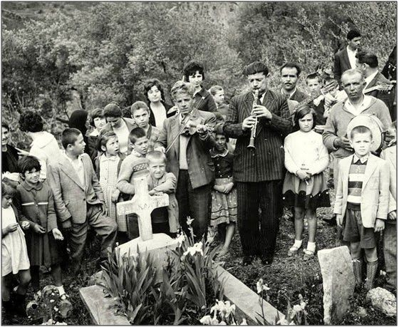 Με κλαρινα και βιολια στα μνηματα , γυρω στα 1950 - Έθιμο της Πασχαλιάς στο Γηρομέρι Θεσπρωτίας, που κρατα περιπου απο το 1700.