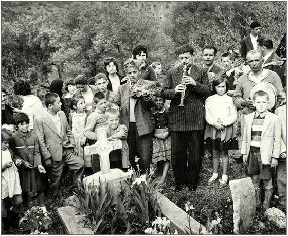 Γηρομέρι Θεσπρωτίας 1950. Ένα παλαιό ταφικό έθιμο αναβιώνει τη Δευτέρα του Πάσχα, στο Γηρομέρι Φιλιατών. Οι κάτοικοι του χωριού, με κλαρίνα, βιολιά και ντέφια, πηγαίνουν στο νεκροταφείο και τραγουδούν πάνω από τους τάφους των νεκρών. Αμέσως μετά τη λειτουργία στην εκκλησία του νεκροταφείου και τα τρισάγια από τον ιερέα, οι συγγενείς του νεκρού παραγγέλνουν στους οργανοπαίχτες το αγαπημένο τραγούδι του, όσο ήταν στη ζωή, πάνω από τον τάφο του.