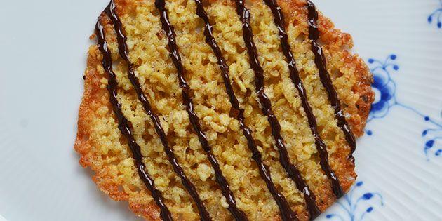 Skønne havregrynskager pyntet med mørk chokolade, der både gør kagerne ekstra elegante at se på samt ekstra lækre at spise.