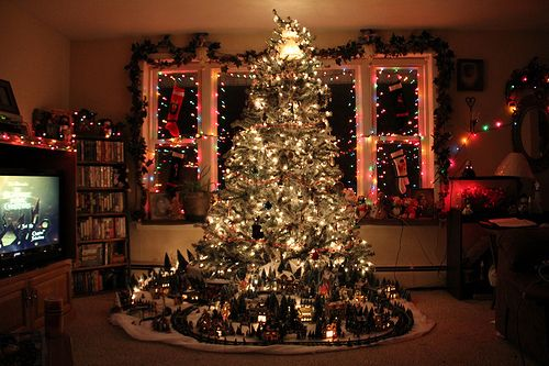 Love the train around this Christmas tree! If I didn't have cats, I would definitely do this.
