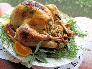 Receta: Pavo asado con mantequilla de hierbas y ajo, relleno de arroz, arándanos, manzanas y tocino. ¡Delicioso!