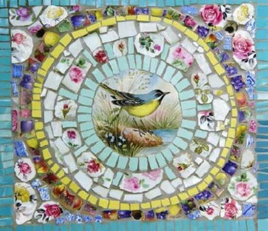 Mosaico feito com fragmentos de porcelana.