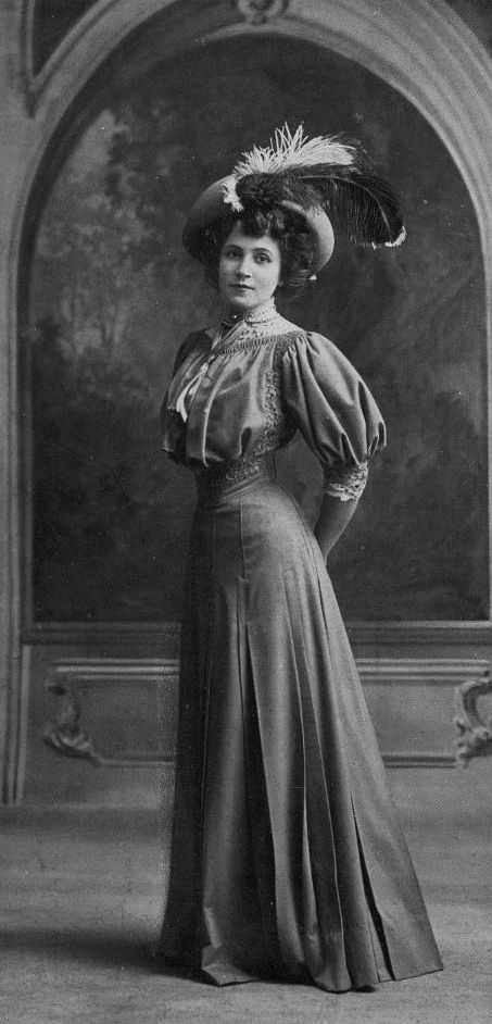 Edwardian Fashion - 1907. Look at the incredible fitting on the hips.