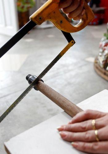 4. Em seguida, corte a madeira sobre a marcação usando o serrote. Atente para eliminar também da outra extremidade o gancho ou a rosca onde a vassoura é encaixada. Repita o processo com os outros nove cabos.  Fotografia: Leandro Moraes/ UOL.