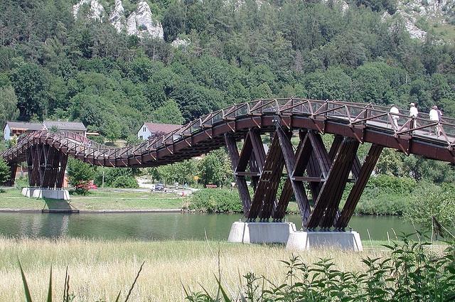 Essing dans la vallée de l'Altmühl en Bavière. Le plus long pont en bois d'Europe