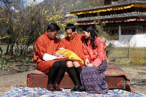 ブータン国王夫妻の第1子、王室が写真公開  ブータンの王宮で、国王夫妻が両脇で見守る中、夫妻の第1子を抱くジグメ・シンゲ・ワンチュク前国王(2016年2月9日公開)。(c)AFP/ROYAL OFFICE FOR MEDIA