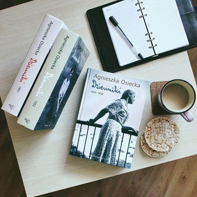 Wracam do dzienników! A tak poza tym, znowu się pakuję ✌ #dzienniki #osiecka #agnieszkaosiecka #czytam #takczytam #książki #książka #kawa #notes #poranek #book #books #bookworm #bookstagram #coffeelover #abmhappyhour #abmsummer #ambhappylife #vscopoland #vscobooks #vscodaily
