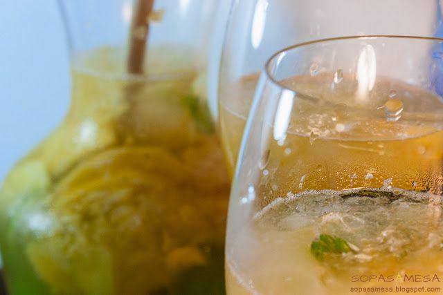 1 garrafa de vinho branco a gosto | néctar de pêssego | 3 pêssegos maduros | 3 limas | açucar amarelo | hortelã | 1 lata de 7up | gelo