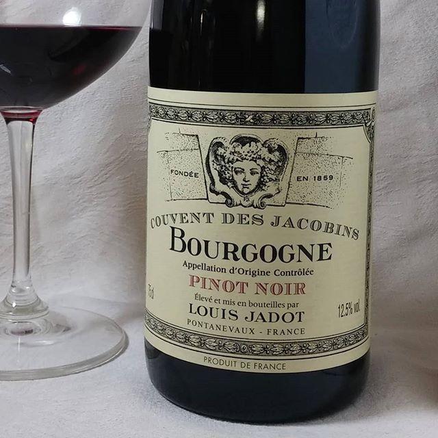 Mahtava Pinot noir. #punkku #punkkua #punaviini #viini #herkkusuu #lasissa #Herkkusuunlautasella #punaviiniä