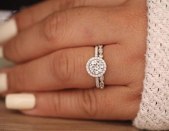 Anillo de compromiso Moissanite de 6,5 mm de oro blanco redondo de 14 k y banda milgrain de diamantes, juego de anillos de novia, Forever Classic Moissanite 1ct Round   – weddings