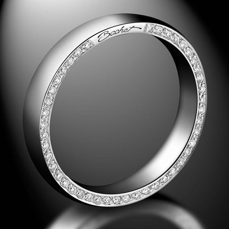 """Alliance Homme """"Subtile"""", de la Joaillerie Bachet. Modèle dont la section est légèrement bombée, elle est sertie sur un des cotés de diamants noirs (0.22 carat) et sur le coté opposé de diamants blancs (0.22 carat)."""