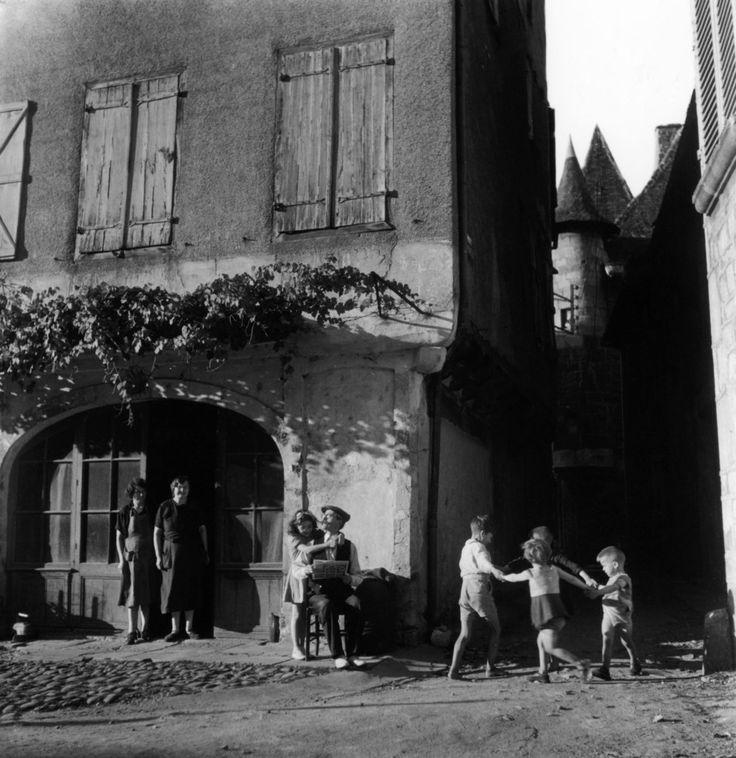 Round Saint Cere, France, 1947, Robert Doisneau.