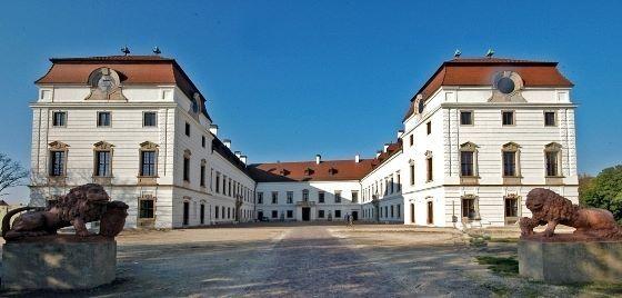 Pápa: Felújítás a Esterházy-kastélyban