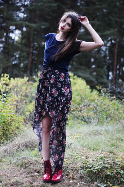 Beautiful asymmetrical floral tulip skirt and of course I love the red lip as well.