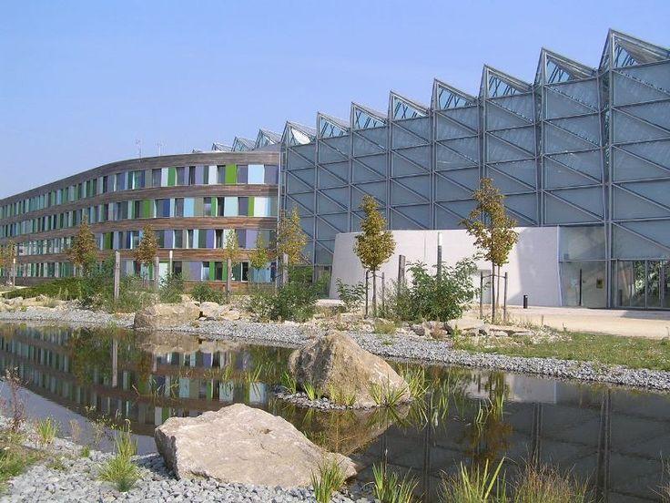Darauf ist das UBA stolz: Das neue Dienstgebäude (erbaut 2002 bis 2004) ist Gold wert. Nach ökologischen, ökonomischen und soziokulturellen Kriterien und bezüglich seines Standortes, der Planung und der technischen Ausführung hat der markante Bau das Deutsche Gütesiegel für nachhaltiges Bauen in Gold verdient. Das Gütesiegel des Bundesbauministeriums und der DGNB (Deutschen Gesellschaft für Nachhaltiges Bauen) zeichnet vorbildliche Verwaltungs- und Büro-Neugebäude aus. Übrigens: Dessau heißt…