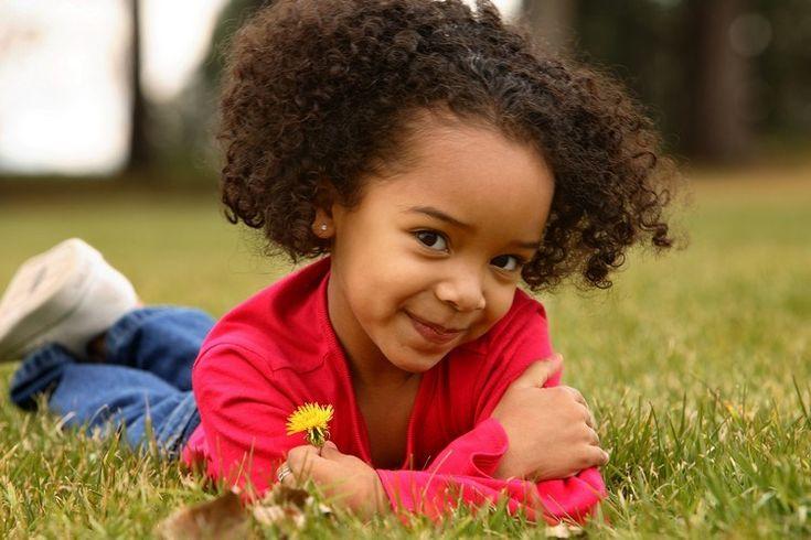 Coupe de cheveux petite fille pour cheveux afro frisés coupe carré courte