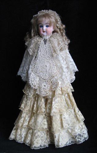 «Платье для антикварной куклы»  Автор: Елена Елагина  Размер: 44 см  Материал: Антикварные кружева  Единственный экземпляр  2008